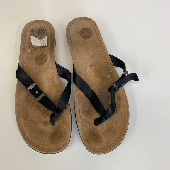 ccb51534ca1 Ugg Australia Sela Flip Flops 8.5 Black & Tan